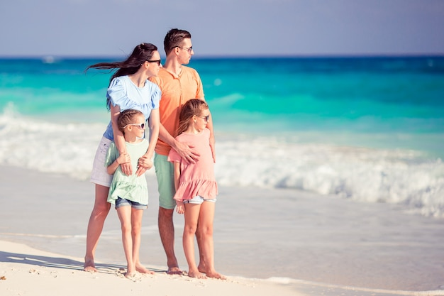 Gelukkige familie met kinderen op het strand samen