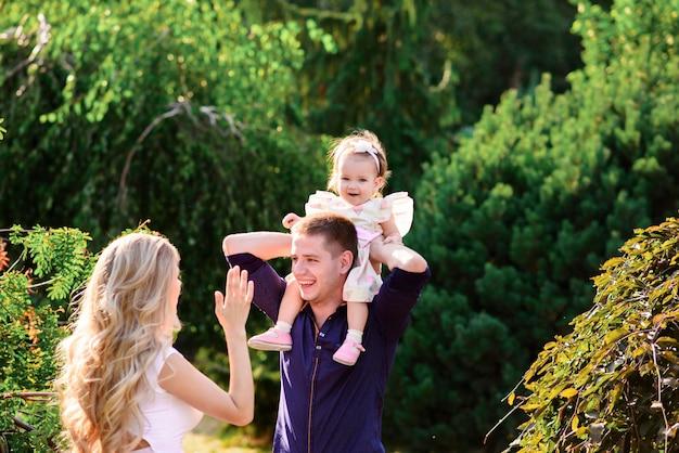 Gelukkige familie met mannelijke en vrouwelijke kinderen