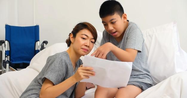 Gelukkige familie met moeder en gehandicapte zoon tijd samen thuis doorbrengen.