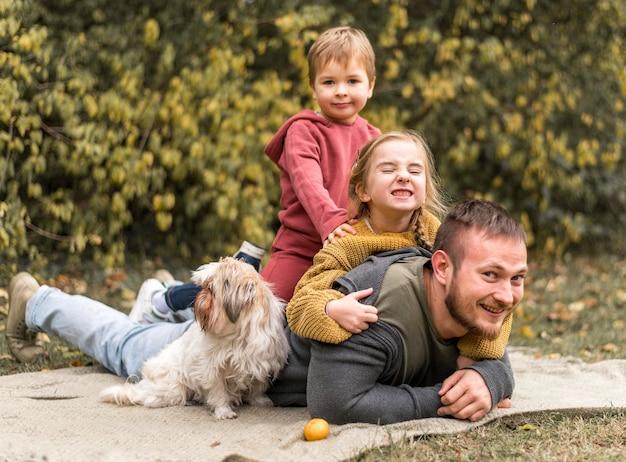 Gelukkige familie met schattige hond buitenshuis
