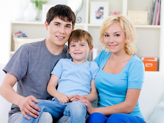 Gelukkige familie met zoon thuis