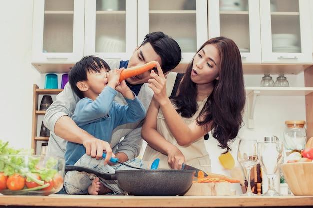 Gelukkige familie ontbijt in de keuken