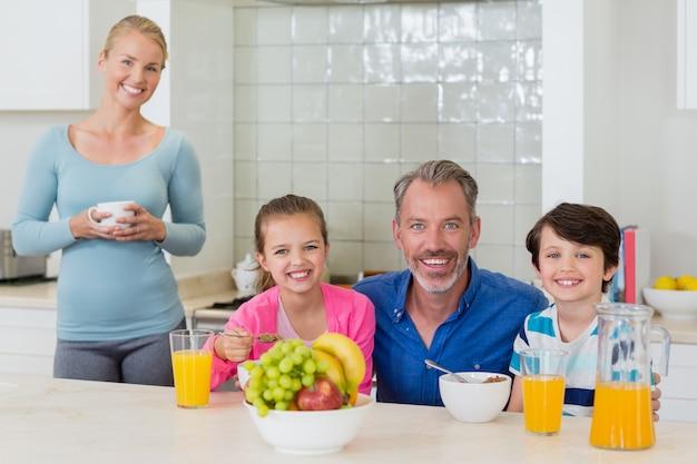 Gelukkige familie ontbijten in de keuken