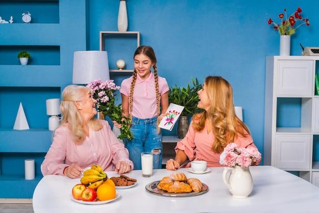 Gelukkige familie ontbijten in de ochtend thuis en vieren verjaardag