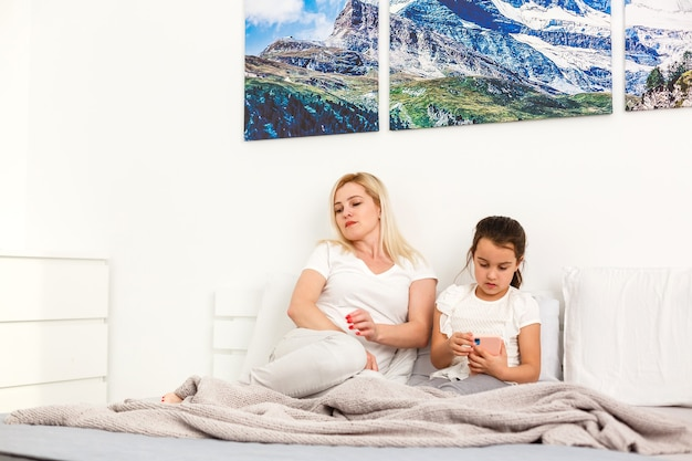 Gelukkige familie ontspannen in hotelkamer
