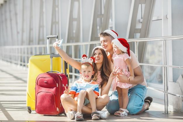 Gelukkige familie op de luchthaven met bagage