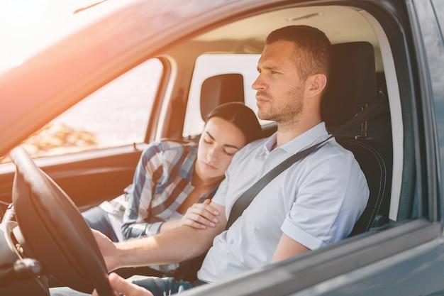 Gelukkige familie op een road trip in hun auto.
