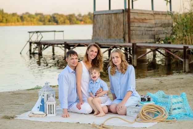 Gelukkige familie op geel zand van de zee