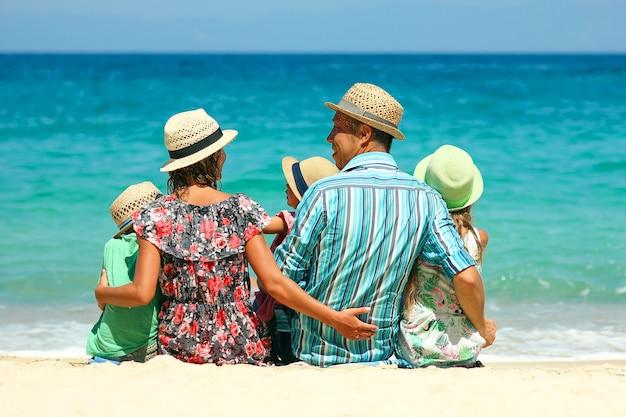 Gelukkige familie op het strand in de buurt van zee