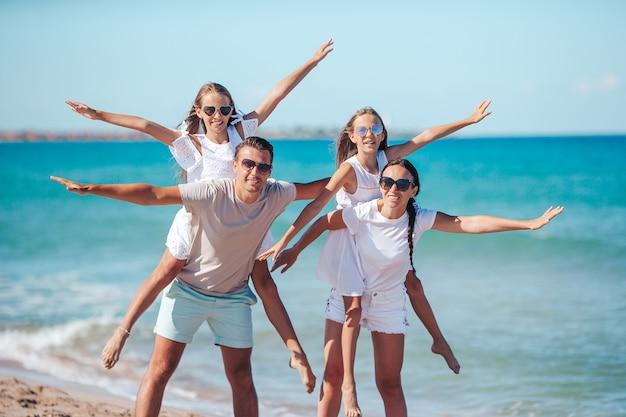 Gelukkige familie op het strand tijdens de zomervakantie