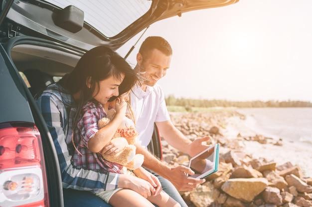 Gelukkige familie op road trip in hun auto