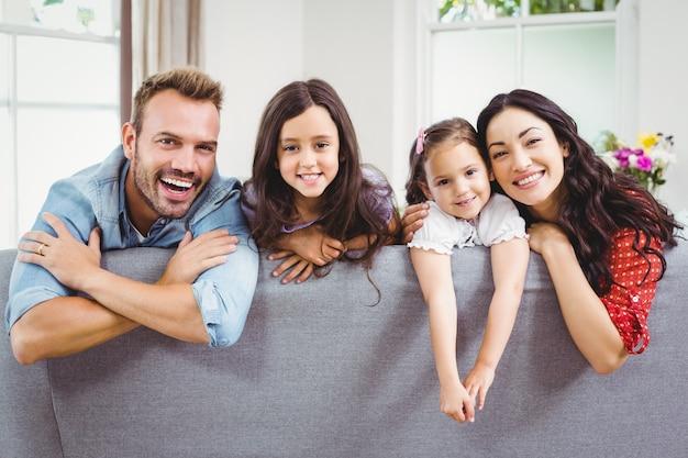 Gelukkige familie op sofa thuis