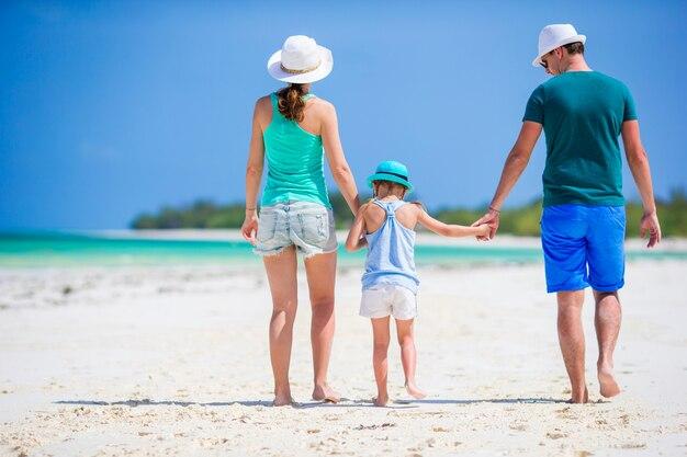 Gelukkige familie op tropisch strand plezier