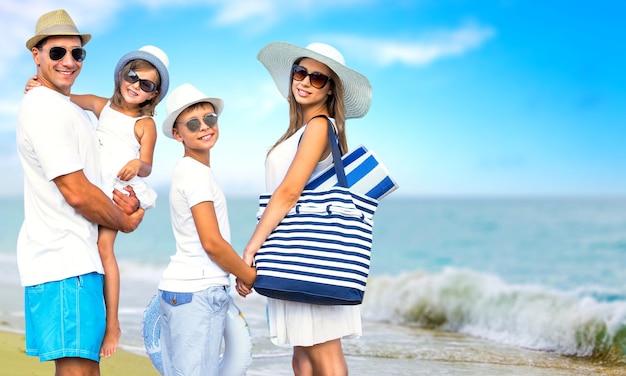 Gelukkige familie op vakantie die samen wandelen