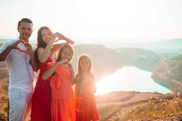 Gelukkige familie op vakantie in de bergen