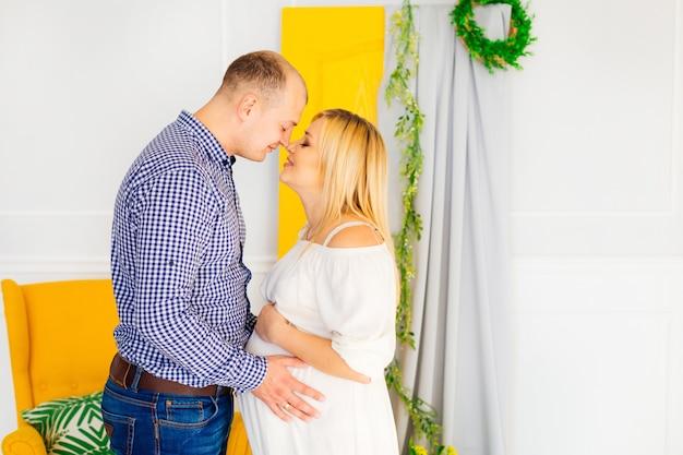 Gelukkige familie paar die wachten op de geboorte van een kind