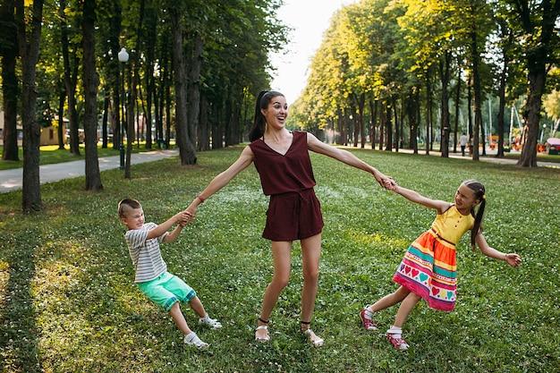 Gelukkige familie picknick. moeder en twee kinderen in natuurpark