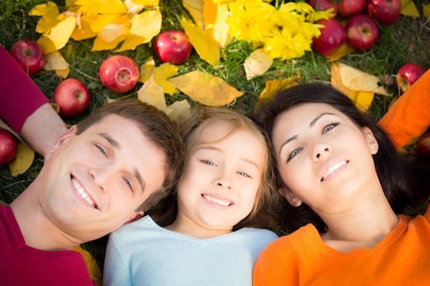 Gelukkige familie plezier buitenshuis in herfst park. bovenaanzicht portret