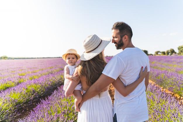 Gelukkige familie plezier in een veld van bloemen.