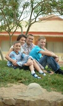 Gelukkige familie plezier in tropische resort.