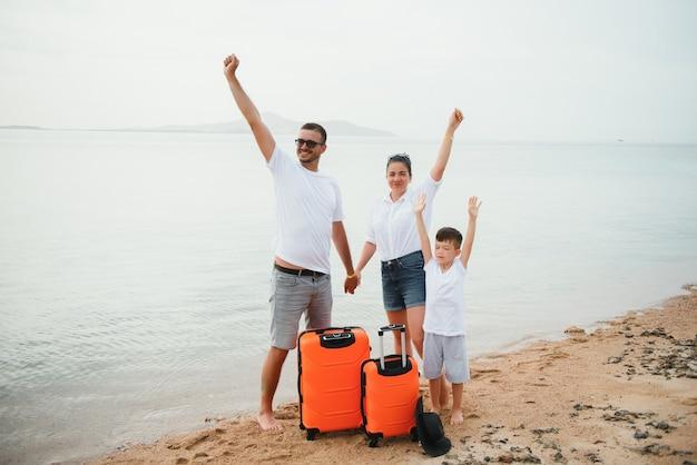 Gelukkige familie plezier op het strand. zomervakantie en reisconcept