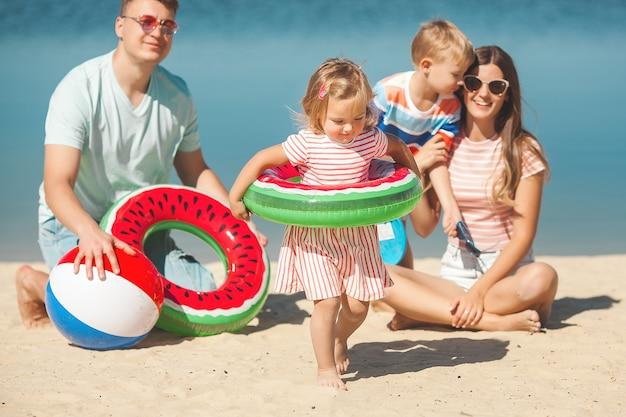 Gelukkige familie plezier op het strand.