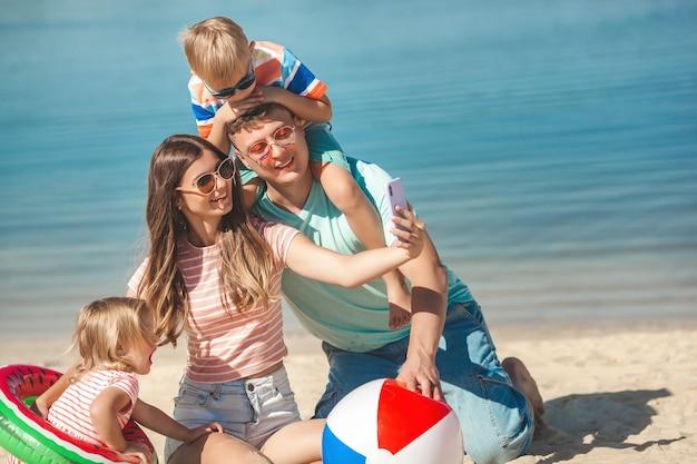Gelukkige familie plezier op het strand