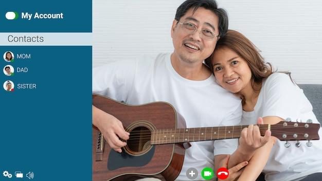 Gelukkige familie praten op internet video-oproep thuis