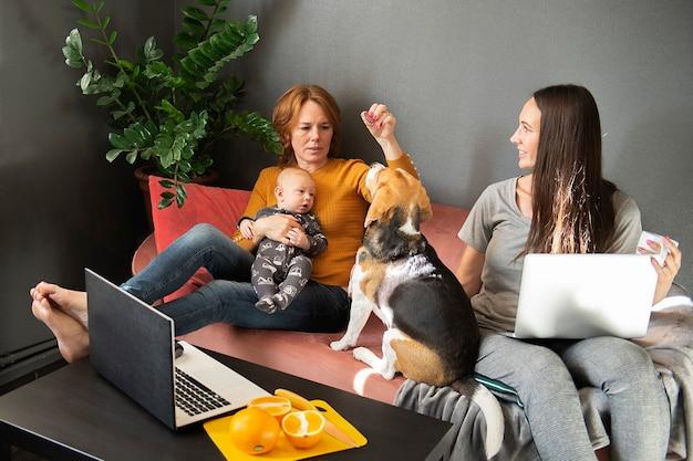 Gelukkige familie rust in de woonkamer op de bank