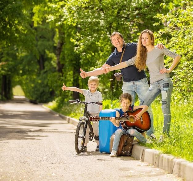 Gelukkige familie rusten in zomer park