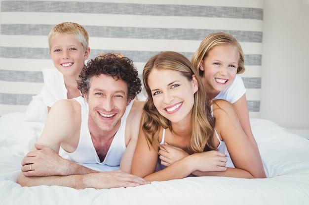 Gelukkige familie rusten op bed