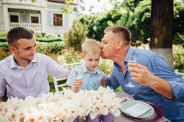 Gelukkige familie samen in kleurrijke picknick, buitenshuis
