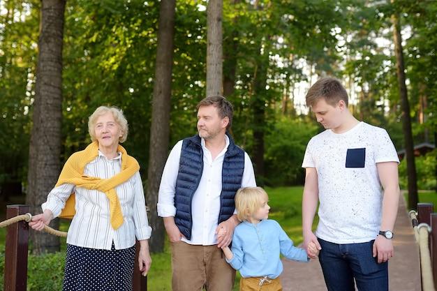 Gelukkige familie samen in park