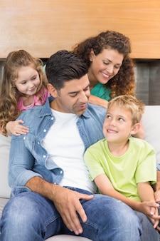 Gelukkige familie samen ontspannen