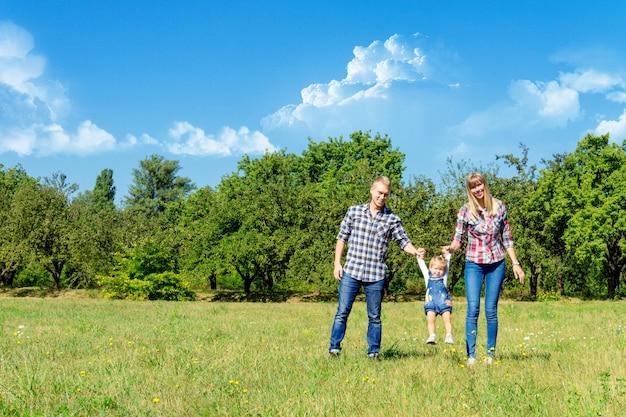 Gelukkige familie samen wandelen