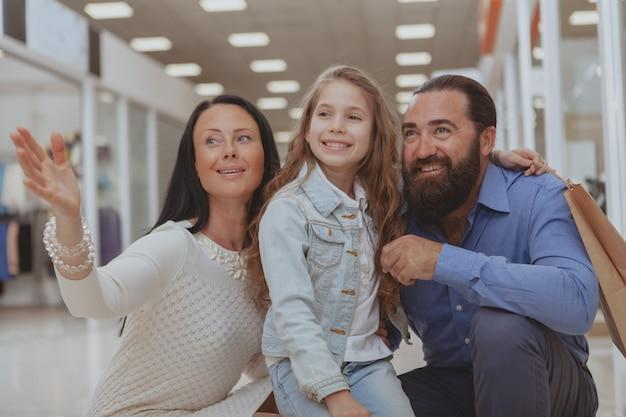 Gelukkige familie samen winkelen in het winkelcentrum
