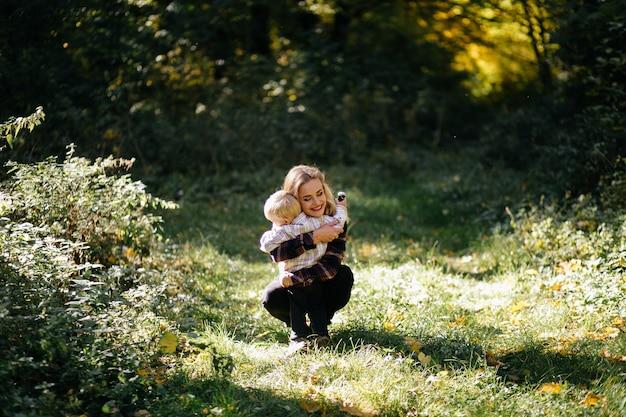 Gelukkige familie spelen en lachen in herfst park
