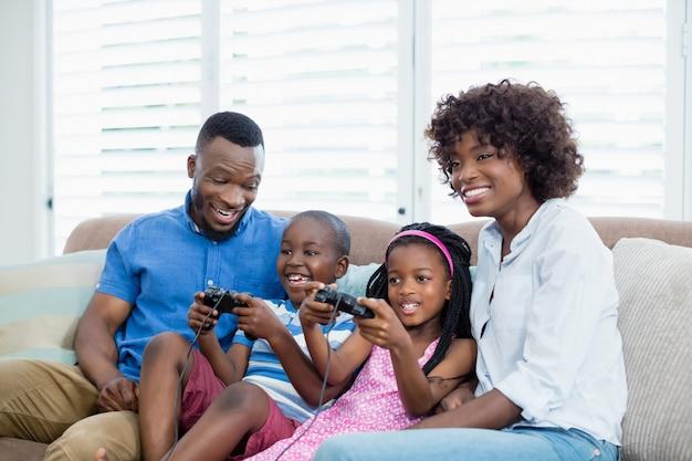 Gelukkige familie spelen van video game