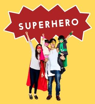 Gelukkige familie superheld kostuums dragen
