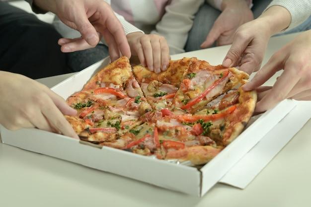 Gelukkige familie thuis met pizza, close-up