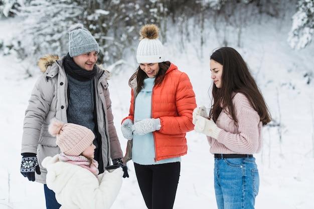 Gelukkige familie tijd doorbrengen in de natuur