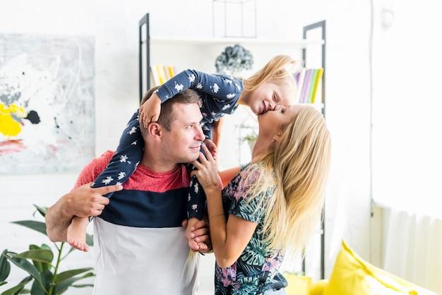 Gelukkige familie tijd doorbrengen thuis