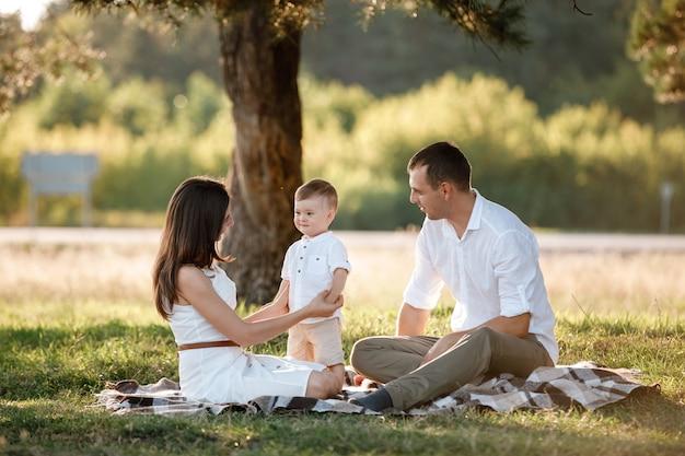 Gelukkige familie tijd samen doorbrengen op een zonnige zomerdag