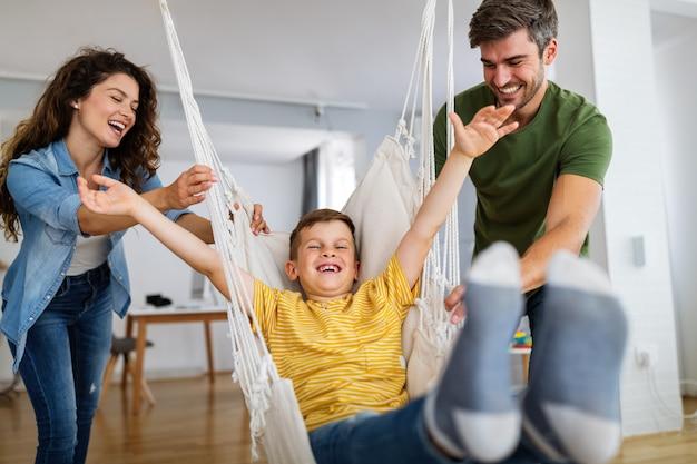 Gelukkige familie tijd samen doorbrengen, plezier maken thuis. mensen, geluksconcept.