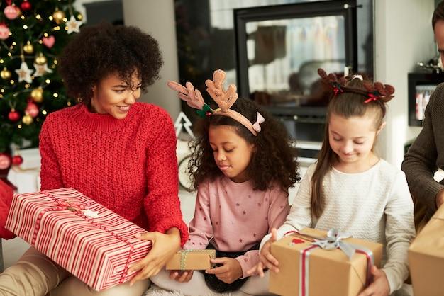 Gelukkige familie tijdens de kersttijd