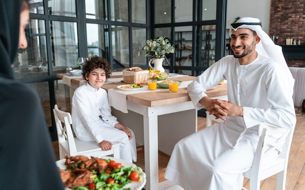 Gelukkige familie uit arabische verenigde emiraten die samen eten en de nationale feestdag vieren