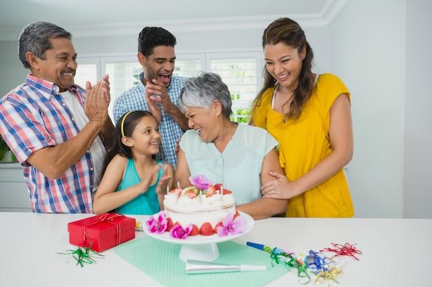 Gelukkige familie van meerdere generaties die verjaardagsfeestje vieren
