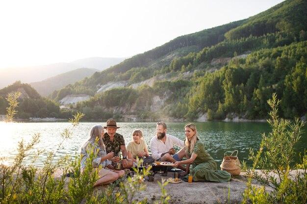Gelukkige familie van meerdere generaties op zomervakantie, barbecue aan het meer.