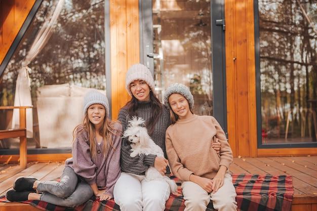 Gelukkige familie van moeder en kleine kinderen op herfstdag veel plezier