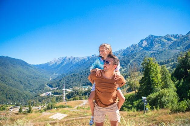 Gelukkige familie van vader en kind in de bergen op zomervakantie